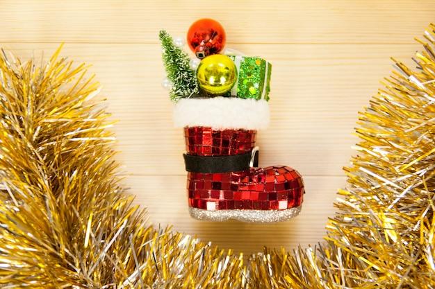 Stiefel für weihnachtsdekoration mit girlanden