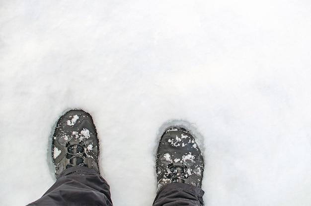 Stiefel im schnee, nahaufnahme von wanderschuhen von oben, kopierraum.