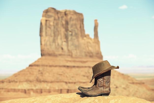 Stiefel und hut vor dem monument valley mit spezieller fotografischer bearbeitung