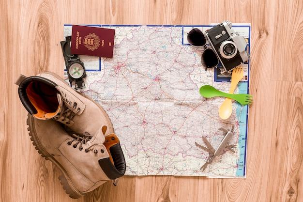 Stiefel und touristische lieferungen auf der karte