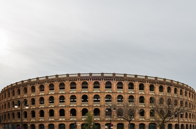 Stierkampfarena in der innenstadt von valencia gegen einen bewölkten himmel