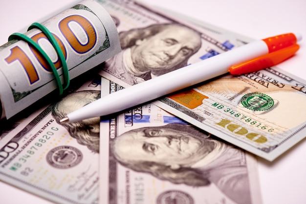 Stift auf banknoten im wert von hundert us-dollar