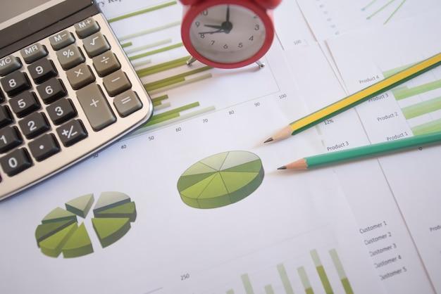 Stift auf diagrammdiagramm und diagrammgeschäftsbericht mit geld, kompass, taschenrechner auf schreibtisch des finanzberaters. rechnungswesen und finanzplanung konzept. ansicht von oben.