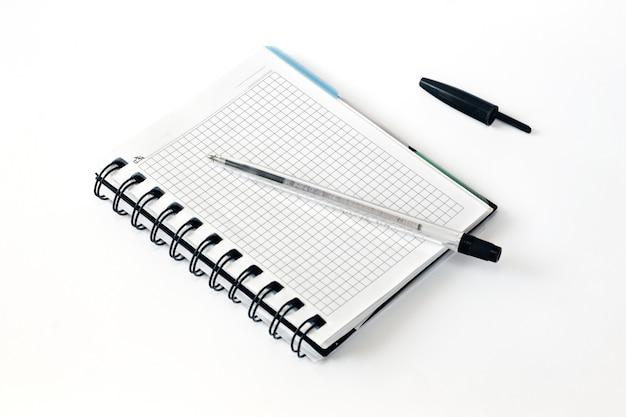 Stift auf ein stück papier. stift und notizbuch. nahansicht.