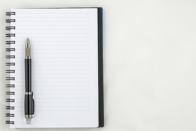 Stift auf notizbuch.