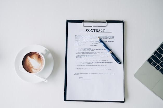 Stift auf vertragsblatt und geschäftsdokument