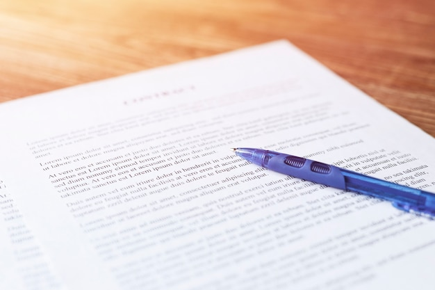 Stift liegt auf einem vertrag oder antragsformular