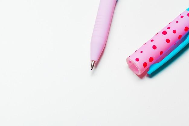 Stift lokalisiert auf dem weißen hintergrund mit beschneidungspfad
