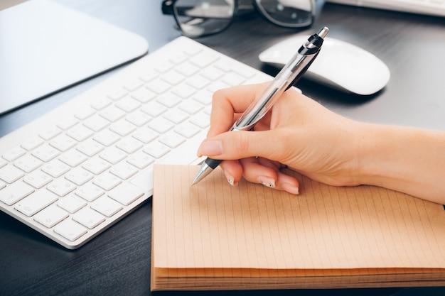 Stift und notizbuch aus nächster nähe auf einem schreibtisch