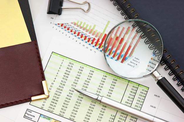 Stift und papier arbeiten mit dem diagramm