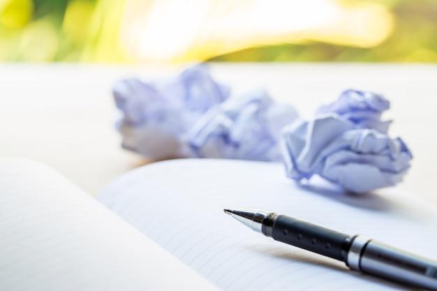 Stift und papiere auf einem notebook