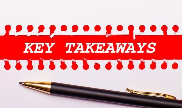 Stift und weißer zerrissener papierstreifen auf leuchtend rotem hintergrund mit dem text key takeaways