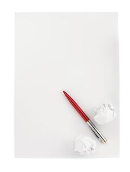 Stift und zerknitterte papierkugel auf weißem hintergrund