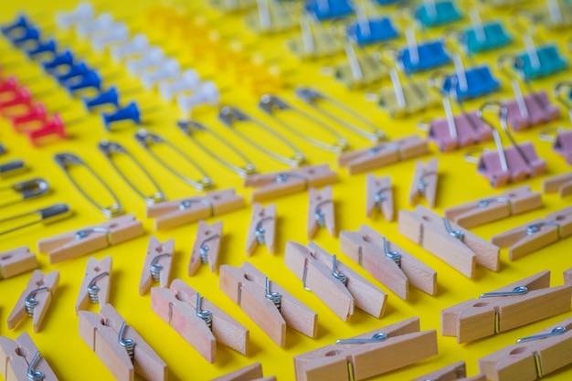 Stifte und büroklammersammlung, gelber hintergrund