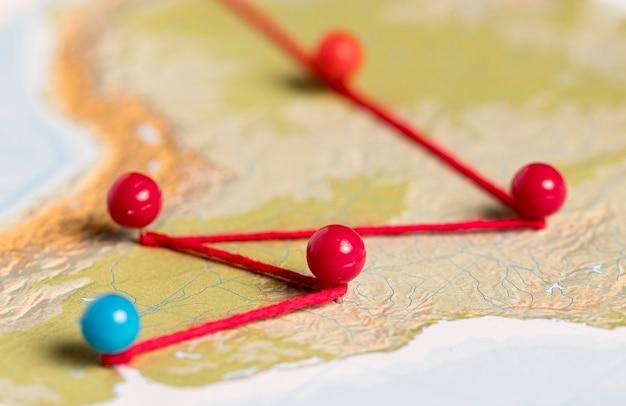 Stifte und fäden auf vintage karte