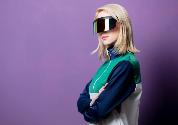 Stil blonde frau in 90er jahren kleidung