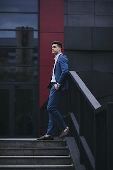Stil und intelligenz. hübscher junger mann, der anzug und hose trägt und wegschaut