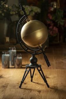 Stilisierung eines von einem pfeil durchbohrten vintage-globus