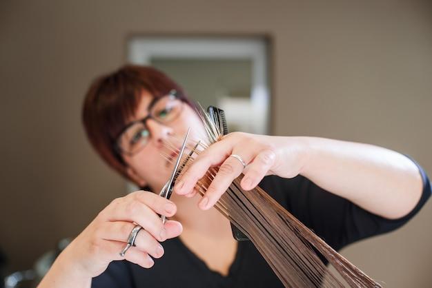 Stilistenfriseur, der haarschnittnahaufnahme des arbeitsmittels tut