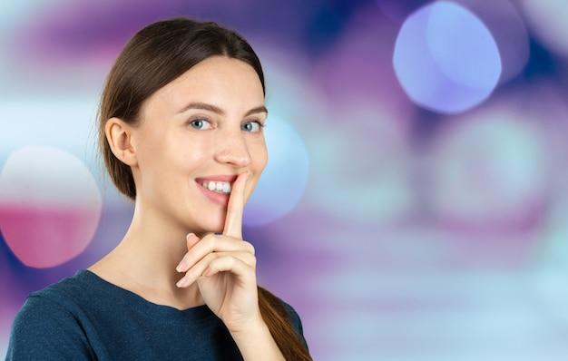 Stille. frau, die um ruhe oder geheimhaltung mit dem finger auf lippen shh handzeichen bittet