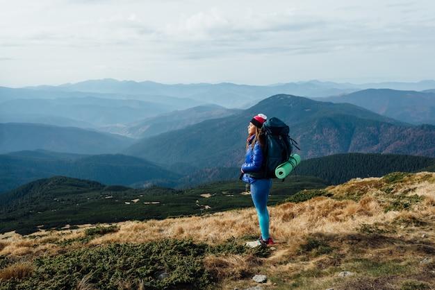 Stille und einheit mit der natur. wandern in den bergen von georgia