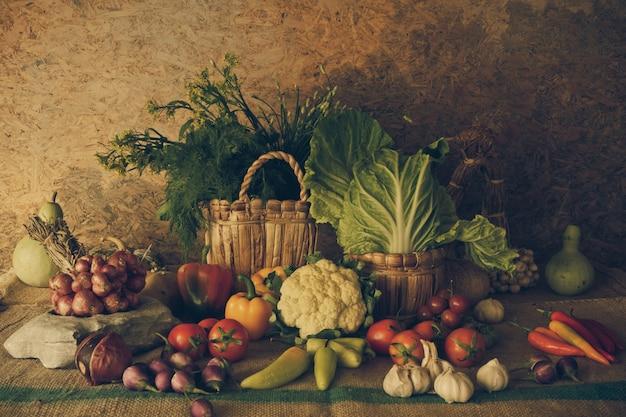 Stilleben gemüse, kräuter und früchte.