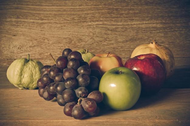 Stilleben mit auf dem holz voller früchte