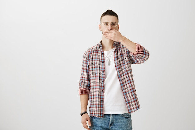 Stiller junger mann posiert