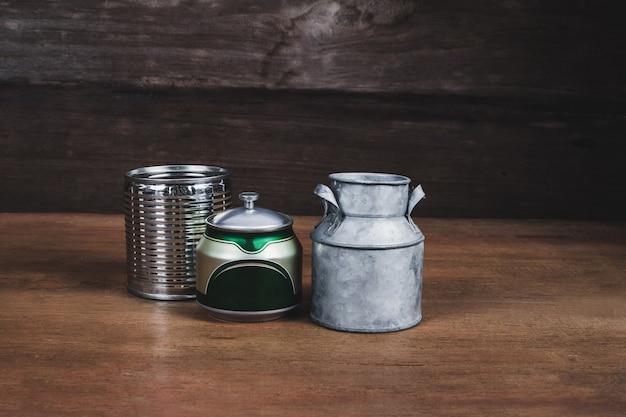 Stillleben-blechdose auf hölzerner tabelle