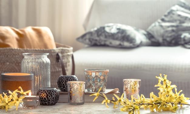 Stillleben blumen mit dekorationsgegenständen im wohnzimmer