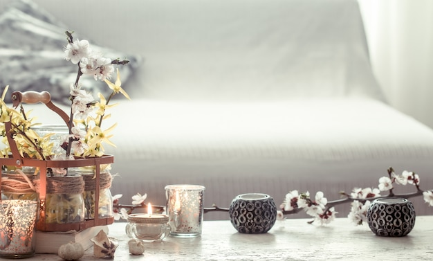 Stillleben blumen mit dekorationsgegenständen im wohnzimmer Kostenlose Fotos