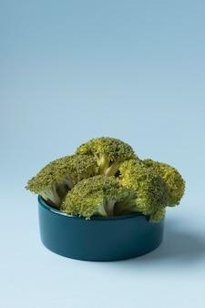 Stillleben brokkoli für tiere in einer schüssel
