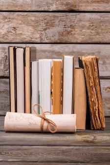 Stillleben bücher und schriftrolle. alter schreibtischhintergrund.