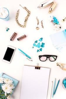Stillleben der modefrau, draufsicht der blauen modefrauenobjekte auf weiß. konzept des weiblichen modells