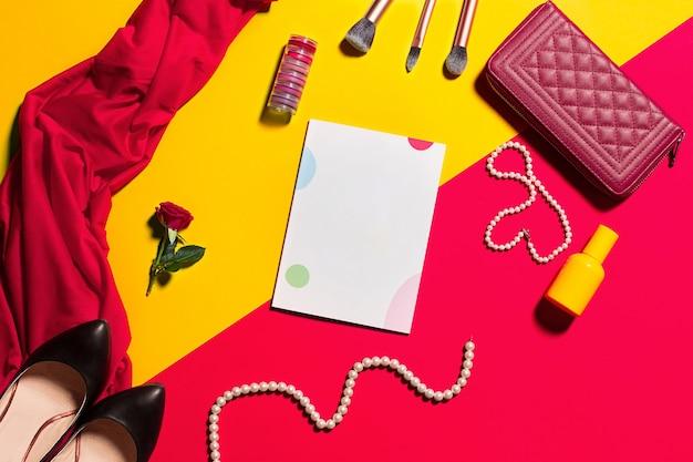 Stillleben der modefrau, gegenstände auf gelbem und rotem tisch