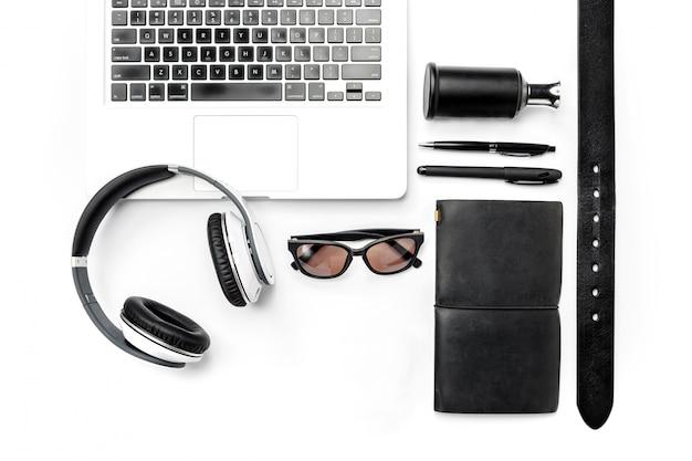 Stillleben des gelegenheitsmannes. modernes männliches zubehör und laptop auf weiß
