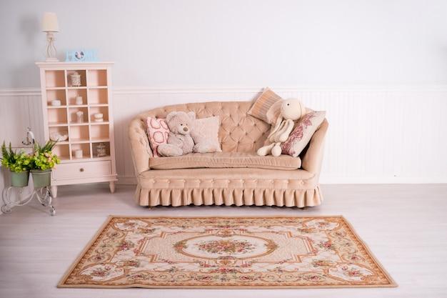 Stillleben des großen braunen sofas und der kissen der weinlese. das interieur mit einer schönen eleganz trendige möbel für haus