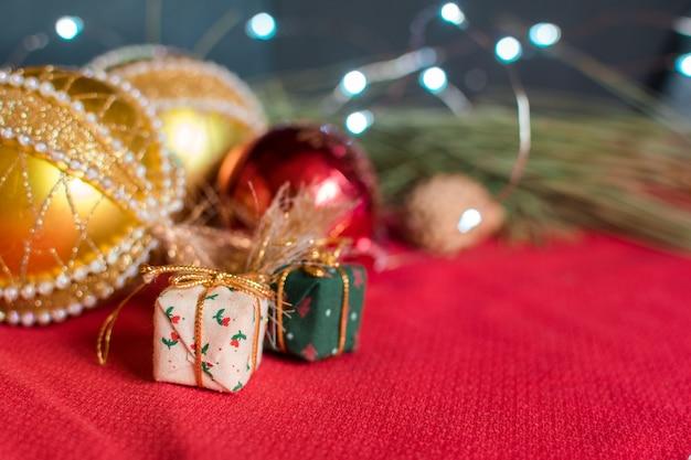 Stillleben des weihnachtszubehörs auf schwarzem hintergrund und roter tischdecke