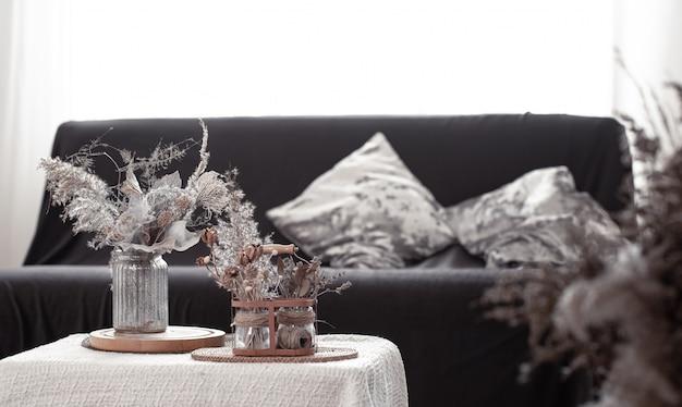 Stillleben details des nordischen wohnzimmers mit einem schwarzen sofa und dekor im wohnzimmer.