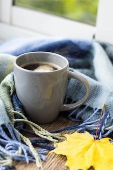 Stillleben eine tasse kaffee und herbstlaub mit plaid