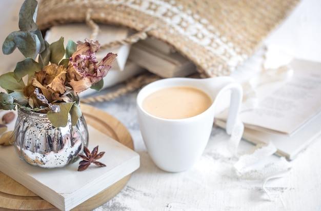Stillleben eines buches und einer tasse kaffee