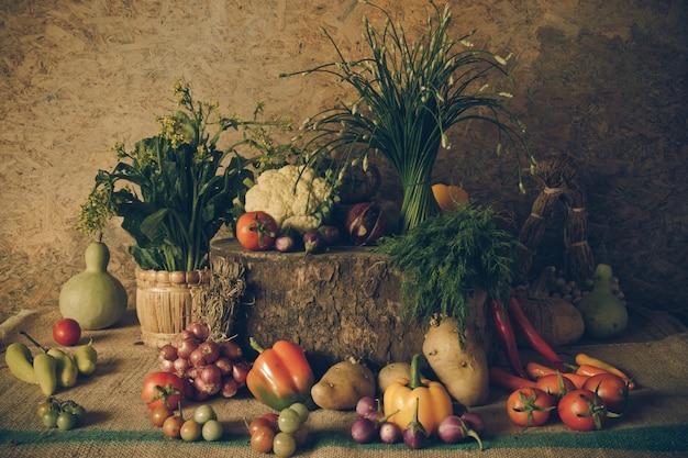 Stillleben gemüse, kräuter und früchte.