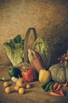 Stillleben gemüse, kräuter und früchte