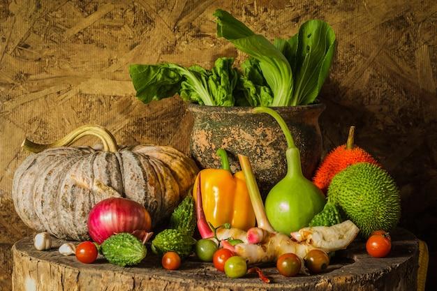 Stillleben gemüse und früchte.