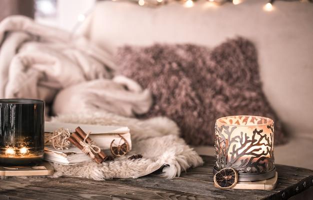 Stillleben häusliche atmosphäre im innenraum mit kerzen und einem buch