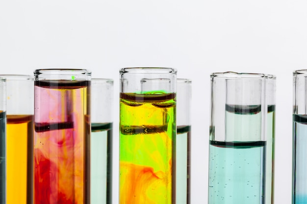 Stillleben im labor. reagenzgläser mit bunten chemikalien