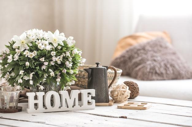 Stillleben im wohnzimmer mit holzinschrift nach hause