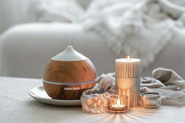 Stillleben mit aromadiffusor zur befeuchtung der luft und zum abbrennen von kerzen.