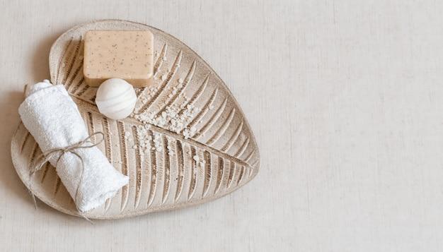 Stillleben mit badzubehör auf blattförmiger standansicht. körperpflege- und hygienekonzept.