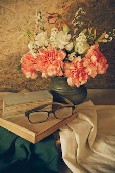 Stillleben mit brille ruht auf einem buch